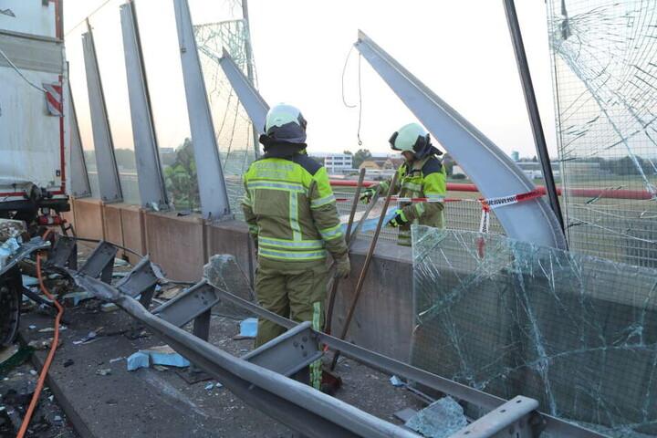 Auch die Schallschutzwand auf der Elbbrücke wurde teilweise zerstört.