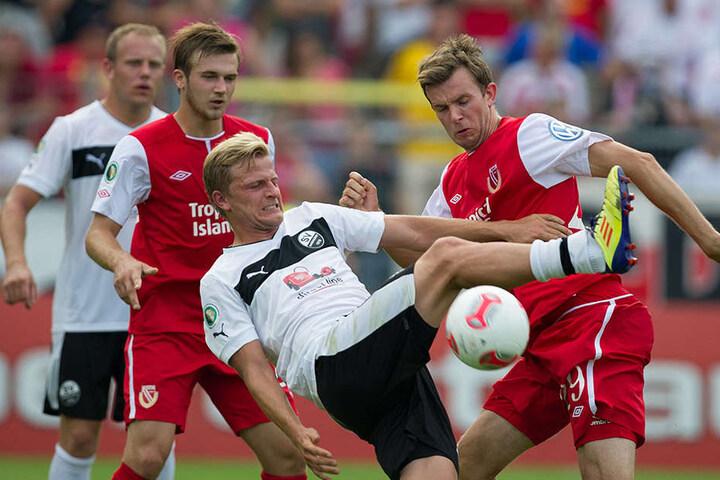 Von 2012-2015 trug Nicky Adler (gestrecktes Bein) das Trikot des SV Sandhausen.