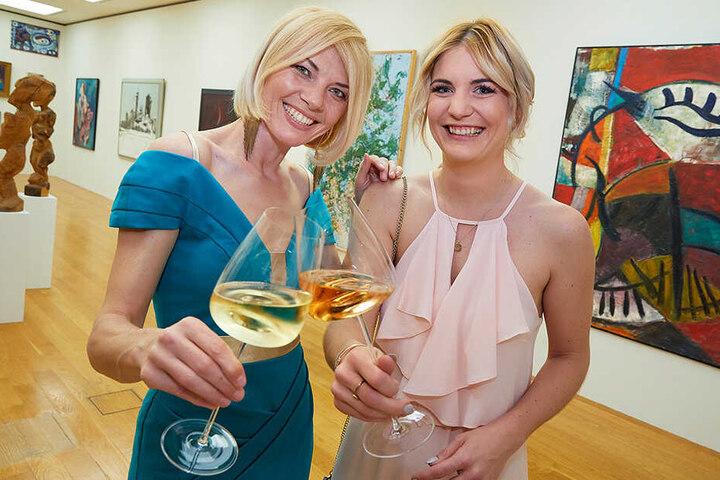 Sängerin & Moderatorin Sylvie Piela (l.) und Gastronomin Alica Zuber (Estancia Steakhouse) genießen das Zusammenspiel von Kunst und Genuss.