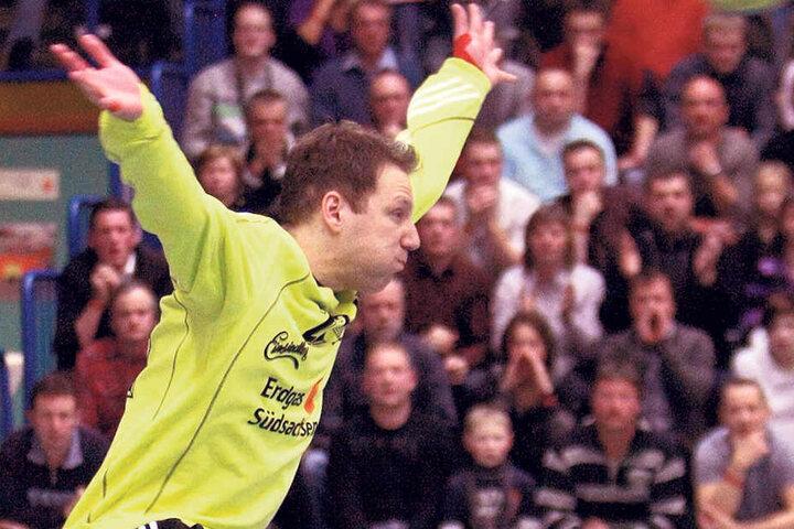 Timo Meinl im Kasten des EHV Aue. Das Foto zeigt ihn im Dezember 2009 im Heimspiel gegen Coburg.
