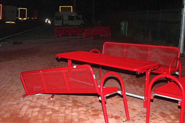 Bei der Fahrt über den Parkplatz wurde auch eine Sitzgruppe zerstört.