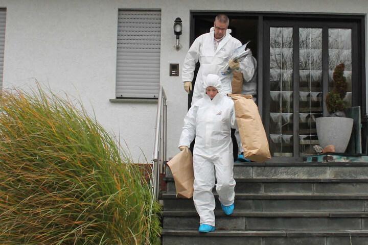 Viele Beweismittel nahmen die Ermittler aus der Wohnung mit.