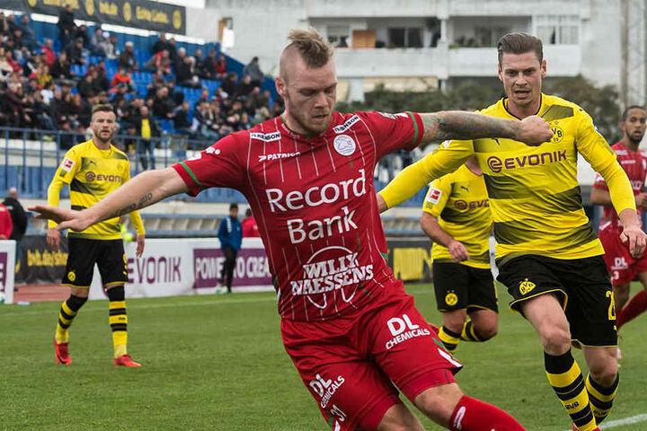 Brian Hamalainen (rotes Trikot) für Waregem am Ball, hier im Testspiel gegen Borussia Dortmund.