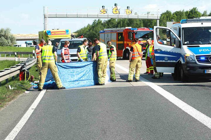 Rettungskräfte kümmern sich um den schwer verletzten Biker. Trotz aller Bemühungen starb er noch vor Ort.