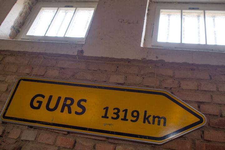 Ein Schild erinnert an das Konzentrationslager in Südfrankreich.