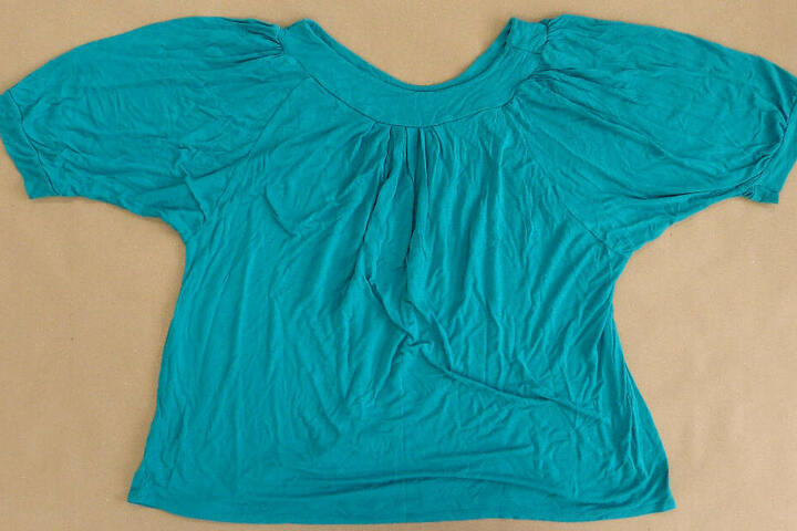 Dieses türkisfarbene Damenshirt wurde ebenfalls bei dem Baby gefunden.