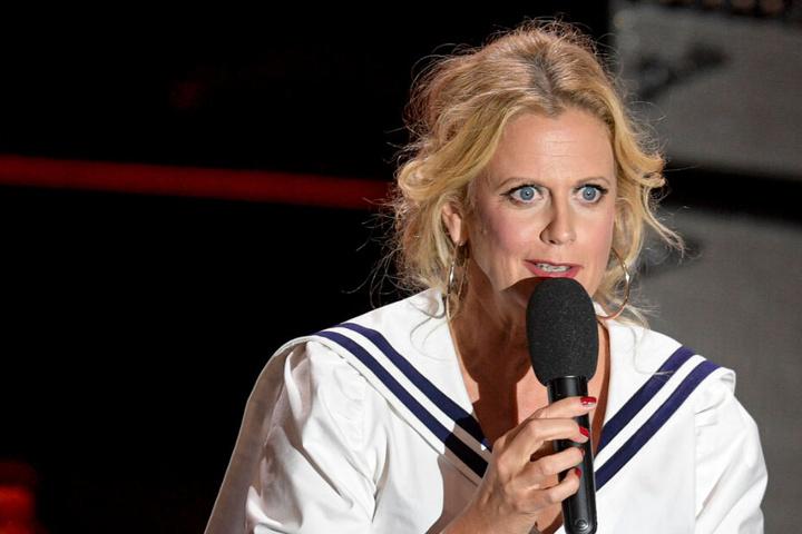 Barbara Schöneberger steht bei der Verleihung des Deutschen Radiopreises auf der Bühne.