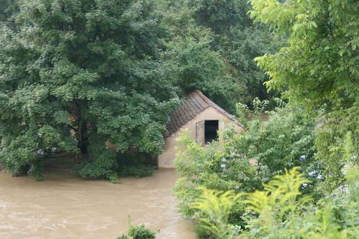 Beim kurzzeitigen Hochwasser gab es nach ersten Angaben aber glücklicherweise keine Verletzten.