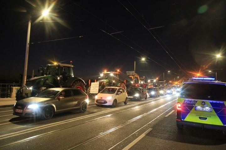 Die Traktoren sorgen auf der Albertbrücke in Dresden für Behinderungen.