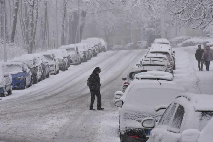 Die Parkstraße am Stadtpark in Chemnitz ist tief verschneit.