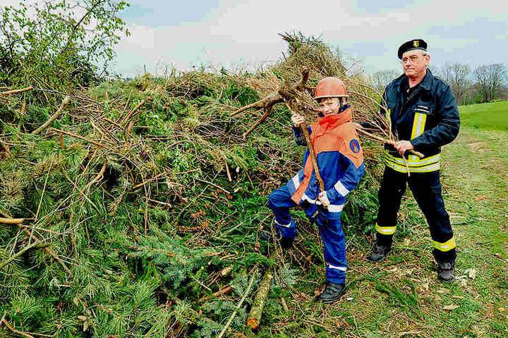 Frank Kutzner (57) und Enkel Raik Ahnert (10) zeigen den Platz fürs Hexenfeuer in Erfenschlag.