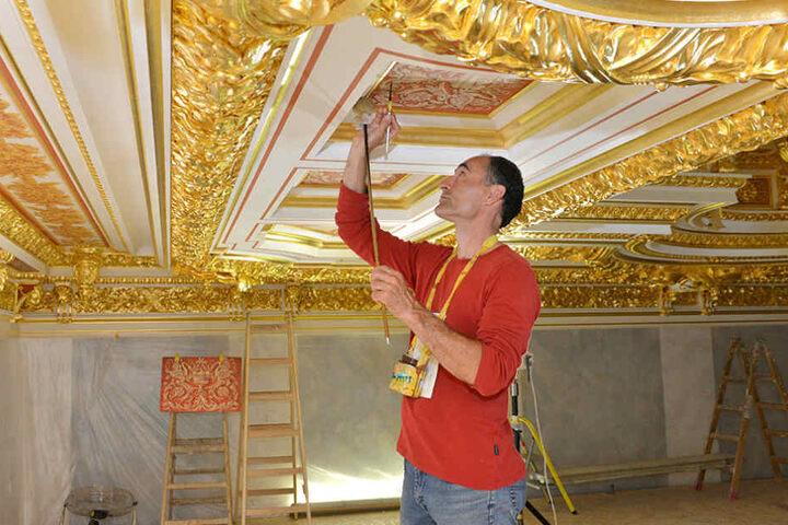 Auch Kirchenmalermeister Veikko Zocher lässt die restaurierte Saal-Decke  wieder neu erstrahlen.