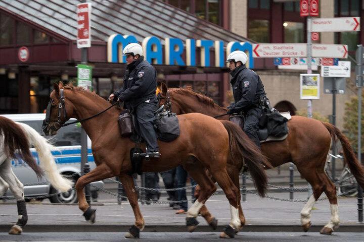 Beim Spiel Chemie gegen Cottbus soll neben Wasserwerfern und einer Hunde- auch eine Reiterstaffel bereit stehen. (Symbolbild)