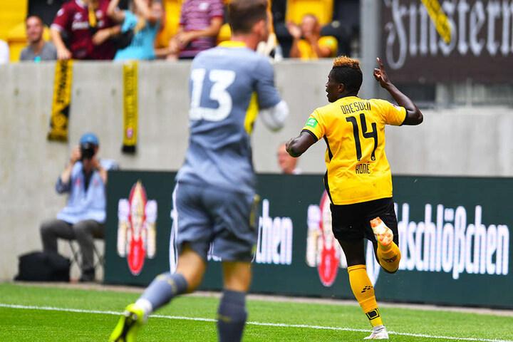 Moussa Koné (r.) jubelt nach seinem Treffer zum 1:0, ermöglicht durch einen eklatanten Schnitzer von Aston-Keeper Jed Steer, der seinen Fauxpas kaum fassen kann.