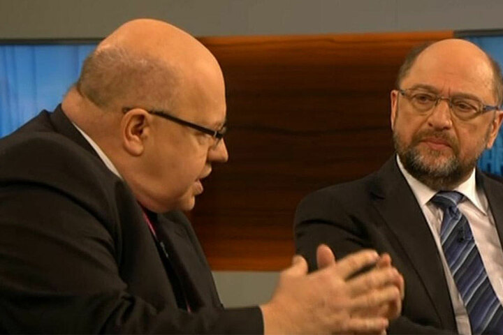 Peter Altmaier (links) spricht. Martin Schulz (rechts) lauscht ihm.