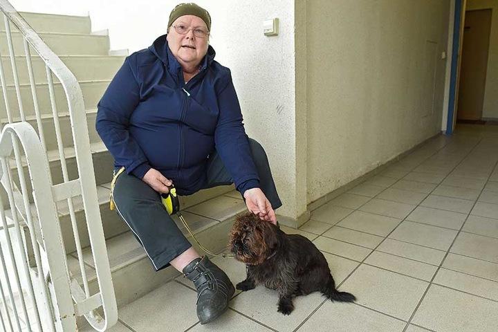 Elisabeth John (61) ist schwer krank, quält sich auf Krücken für ihren Shih Tzu-Mischling Freddy täglich mehrmals durchs Treppenhaus.