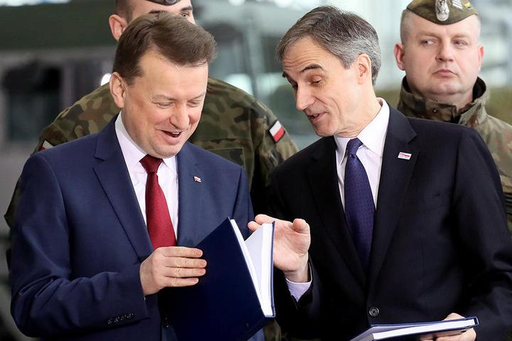 Mariusz Blaszczak (li), Verteidigungsminister von Polen, und Paul W. Jones, Diplomat aus den USA für Polen, während der feierlichen Unterschreibung des Kaufvertrags  für eine Lieferung von zwei Boden-Luft-Raketensystemen.