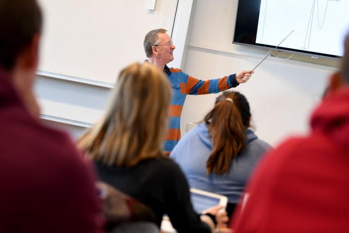 Die neuen Stellen sollen etwa dem Ausbau des Ethik-Unterrichts zugute kommen. (Symbolbild)