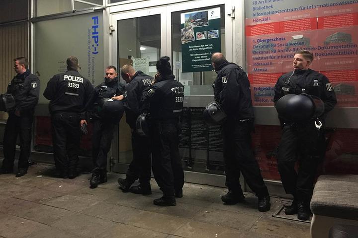 Polizisten sichern den Haupteingang der geräumten Fachhochschule in Potsdam.
