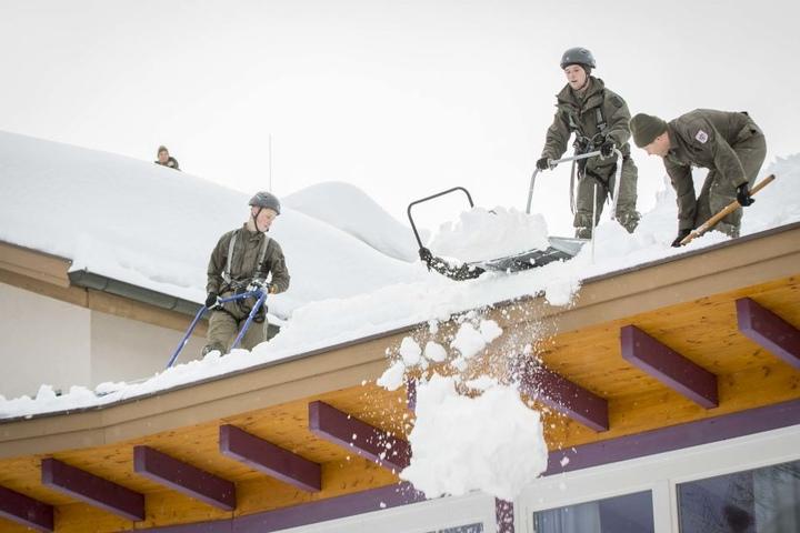 In Österreich (St. Koloman) muss das österreichische Bundesheer zu Assistenzeinsätzen wegen des anhaltenden Schneefalls ausrücken.