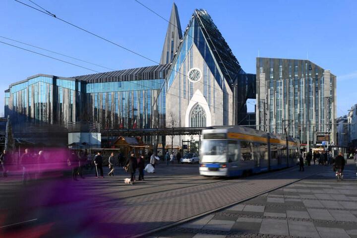 Blickfang Paulinum: Der Glasgiebel im gotischen Stil soll an die alte Paulinerkirche erinnern, die hier bis Mai 1968 stand.