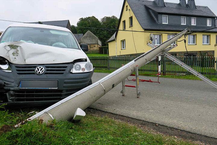 Der VW wurde bei dem Aufprall vorn verbeult.