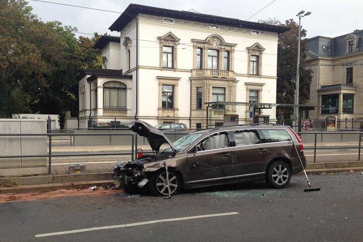 Der Fahrer, ein 53 Jahre alter Mann aus Deutschland, wurde bei dem Unfall ebenfalls verletzt.