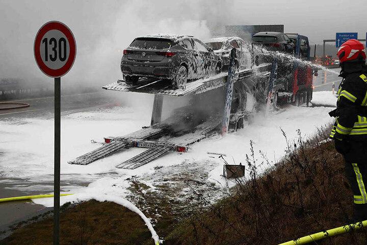 Auch die Autos auf dem Transporter waren in Brand geraten.