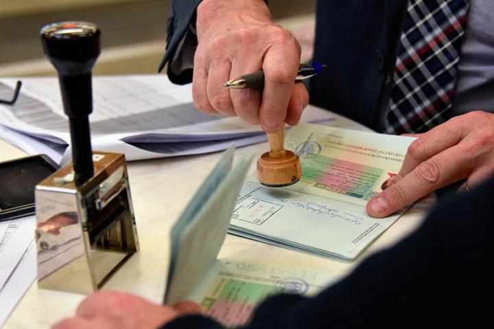 Amtlich beglaubigte Dokumente müssen oft mühsam aus den Heimatsländern besorgt werden.