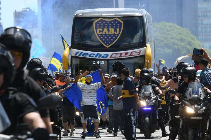 Der Bus von Boca Juniors fährt zum Stadion. Fans des Stadtrivalen River Plate bewarfen mit Steinen den Bus, mit dem das Team am Stadion ankam.