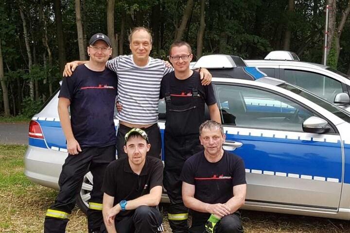 Martin Brambach (50) stand nach dem Dreh noch für ein Erinnerungsfoto mit den Kameraden bereit.