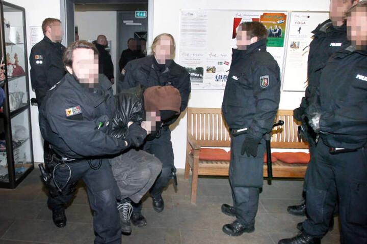 Mit Gewalt sollen die Polizisten gegen die Demonstranten vorgegangen sein.