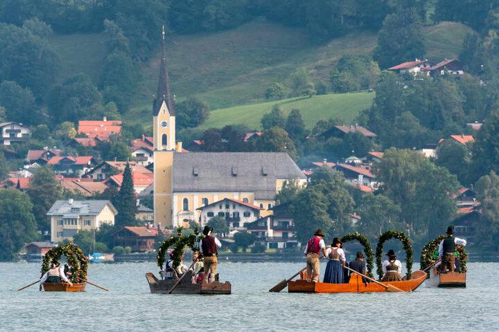 Mitglieder der historischen Trachtengruppe setzten von Fischhauen nach Schliersee über.