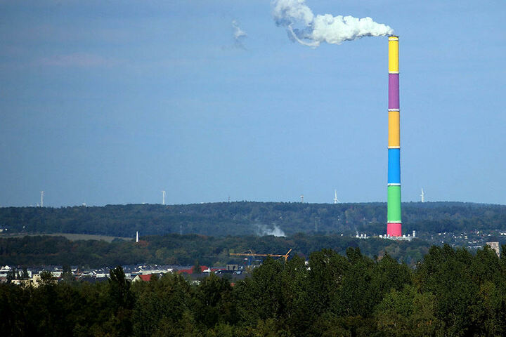 """Der """"Lange Lulatsch"""" des HKW Nord in Chemnitz ist mit reichlich 301 Meter das  höchste Bauwerk Sachsens."""