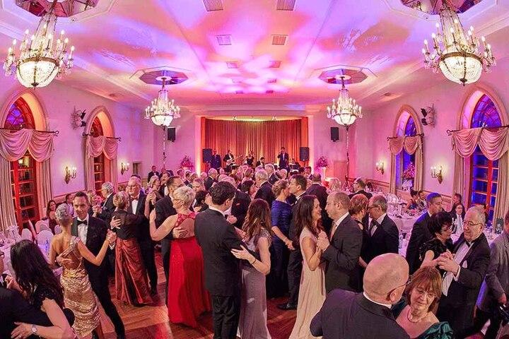 Kaum spielt die Fridtjof Laubner Band die ersten Takte, ist die Tanzfläche im Burgkeller voller Tanzpaare.