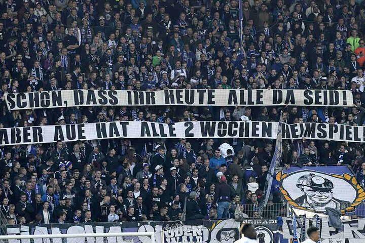 """Mit diesem Spruchband forderten die Fans sich gegenseitig auf, doch zu jedem Heimspiel der """"Veilchen"""" so zahlreich ins Stadion zu kommen."""