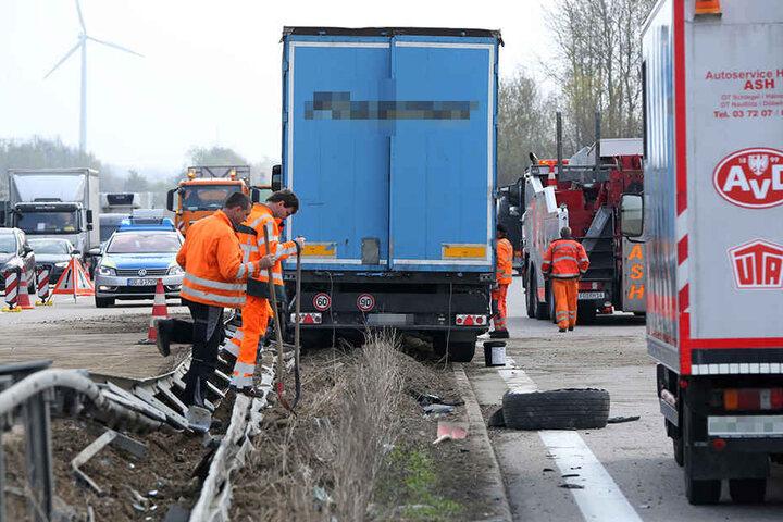 Danach schleuderte der Lkw auf die Mittelleitplanke und blieb dort hängen.