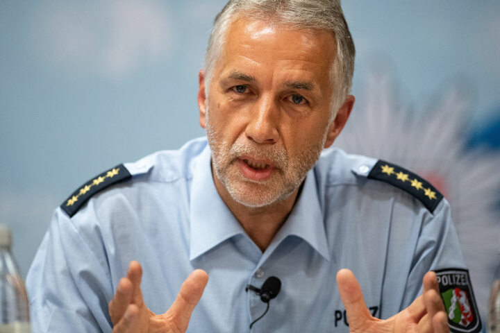 Klaus Rüschenschmidt, Einsatzleiter der Polizei Köln, spricht auf einer Pressekonferenz.
