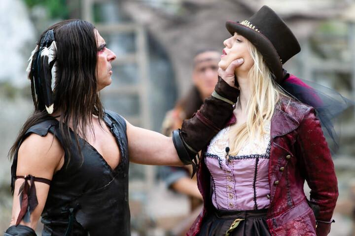 Larissa Marolt wird bei den Karl-May-Festspielen hart von Schauspieler Nicolas König angegangen.