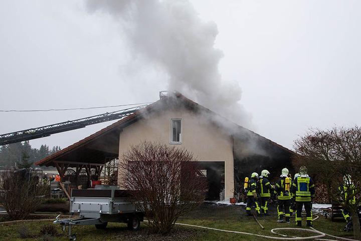 Das Feuer hatte von dem Holzlager auf der rechten Seite des Gebäudes auf die Werkstatt und den Dachstuhl übergegriffen.