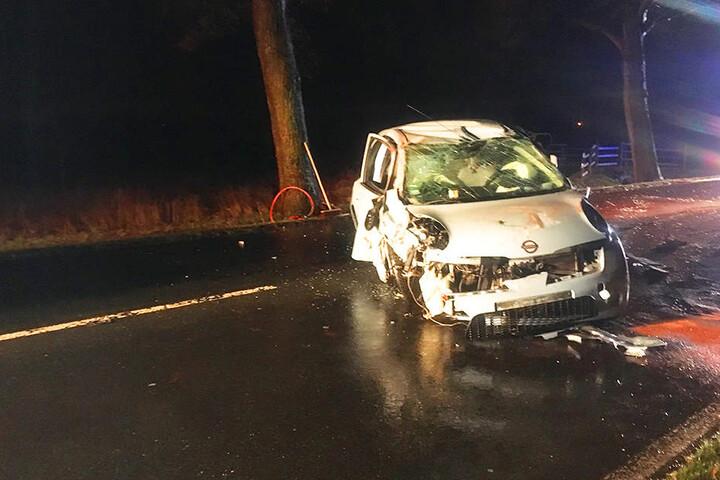 Nach dem Unfall war der Nissan nicht mehr fahrbereit und musste abgeschleppt werden.