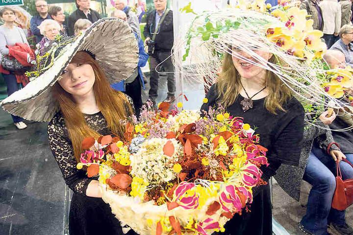 Gut besucht: Die Jubliläumsausgabe der Frühlingsmesse lockt viele Menschen aus der Region.Frühlingsfeen: Michelle Matthes (r.) und Sarah Zensch (l., beide 19) zeigten ihre feschen Pflanzen-Hüte.