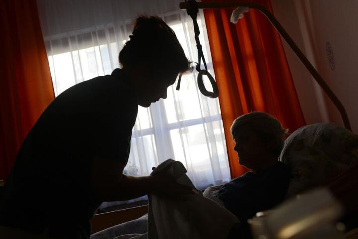 Eine Pflegerin soll einen Mann und zwei Frauen sexuell misshandelt haben. (Symbolbild)
