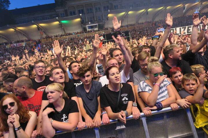 Die Leute vor der Bühne ließen sich immer wieder auf Pogo-Tänze ein und sangen lautstark die Texte mit.