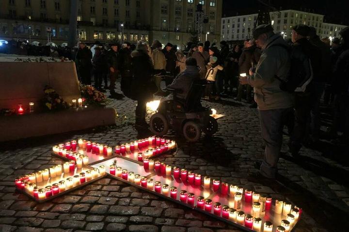 Kerzen auf dem Altmarkt wurden in Kreuzform angezündet.