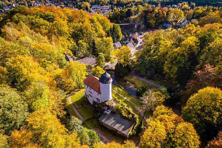 Die markante Burg Rabenstein erkennt man auch aus der Luft.