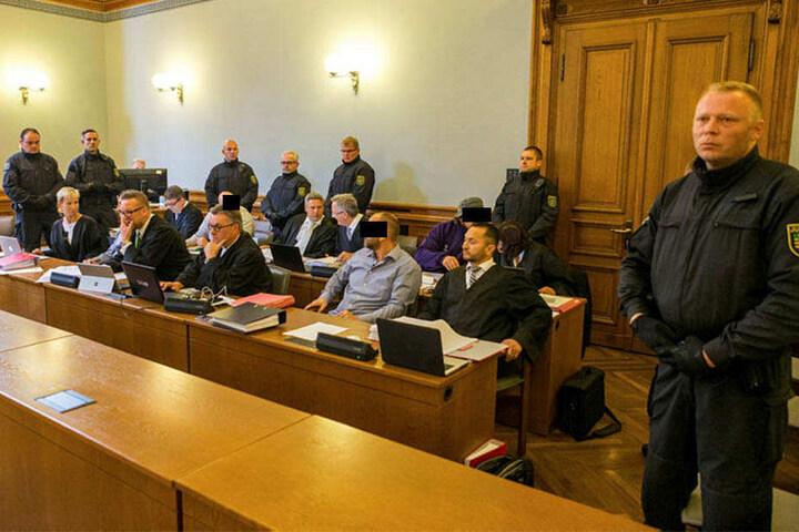 Die Anklagebank: Drei der vier wegen gemeinschaftlichen Mordes beschuldigten Hells Angels sieht die Staatsanwaltschaft durch das Video belastet.