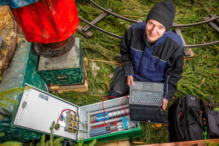 Philipp Fischer ist für die Technik auf dem Weihnachtsmarkt zuständig.