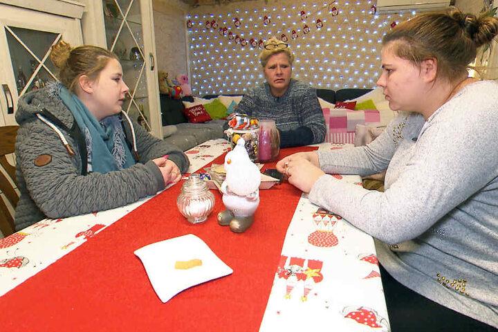 Sarafina (li.), Mama Silvia und Sylvana (re.) sorgen sich um Haralds Gesundheitszustand
