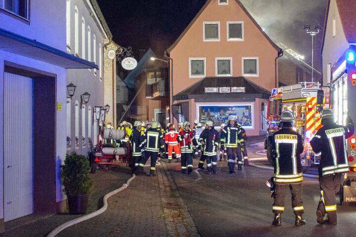 Bei einem Dachstuhlbrand musste die Feuerwehr in Bayern mit einem Großaufgebot agieren.